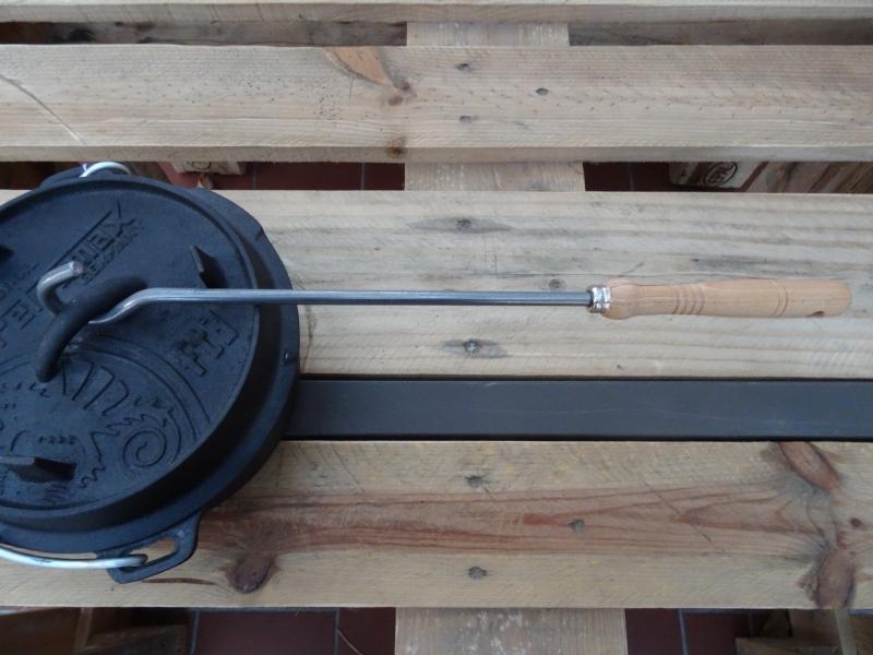 Feuertopf-Deckelheber mit Holzgriff